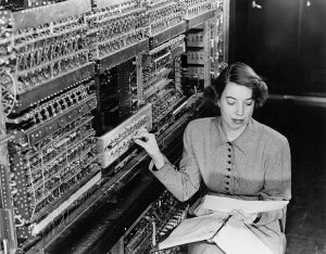 Woman from the 1950s with a giant old computer